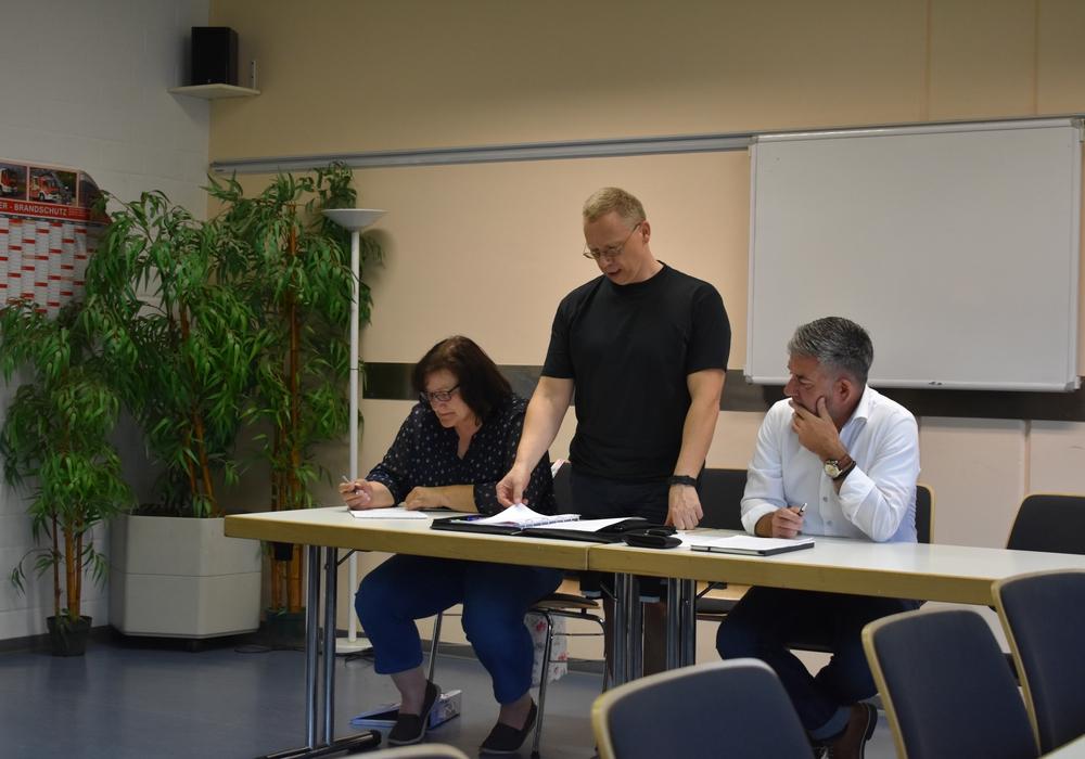 Der Vorstand des Fördervereins während Thomas Jäger über die Zahlen des vergangenen Jahres berichtet.  Auf dem Bild von links: Sigrid Rowold (Schriftführerin), Thomas Jäger (Kassierer), Torsten Röpke (1. Vorsitzender). Foto: Jannis Marquardt