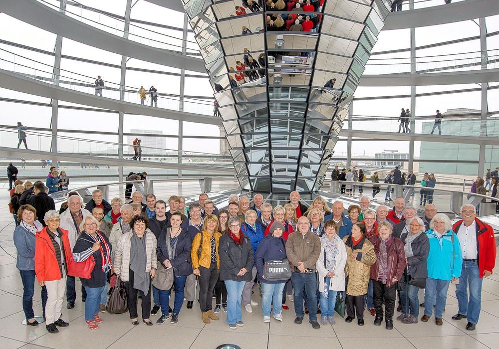 Das Gruppenfoto am Kuppelaufgang und der Kuppelrundgang komplettierten das Programm am Ankunftstag. Foto: Büro Priesmeier