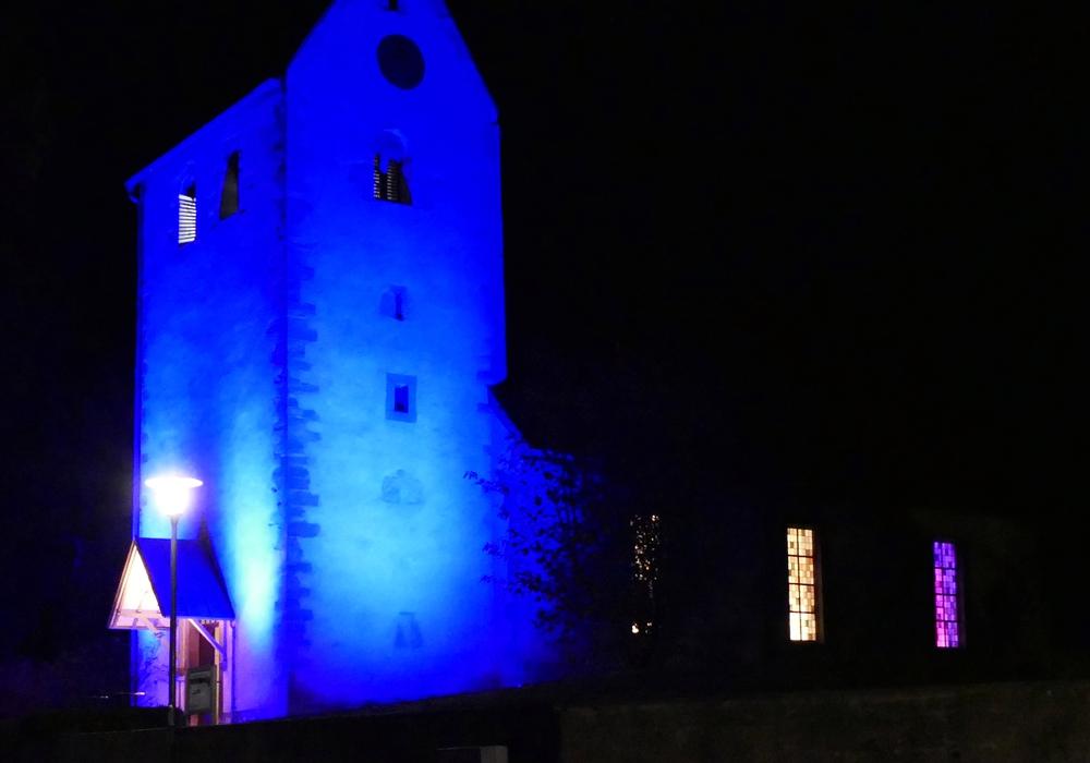 Die Kirche in Cremlingen wurde blau angestrahlt. Fotos: privat