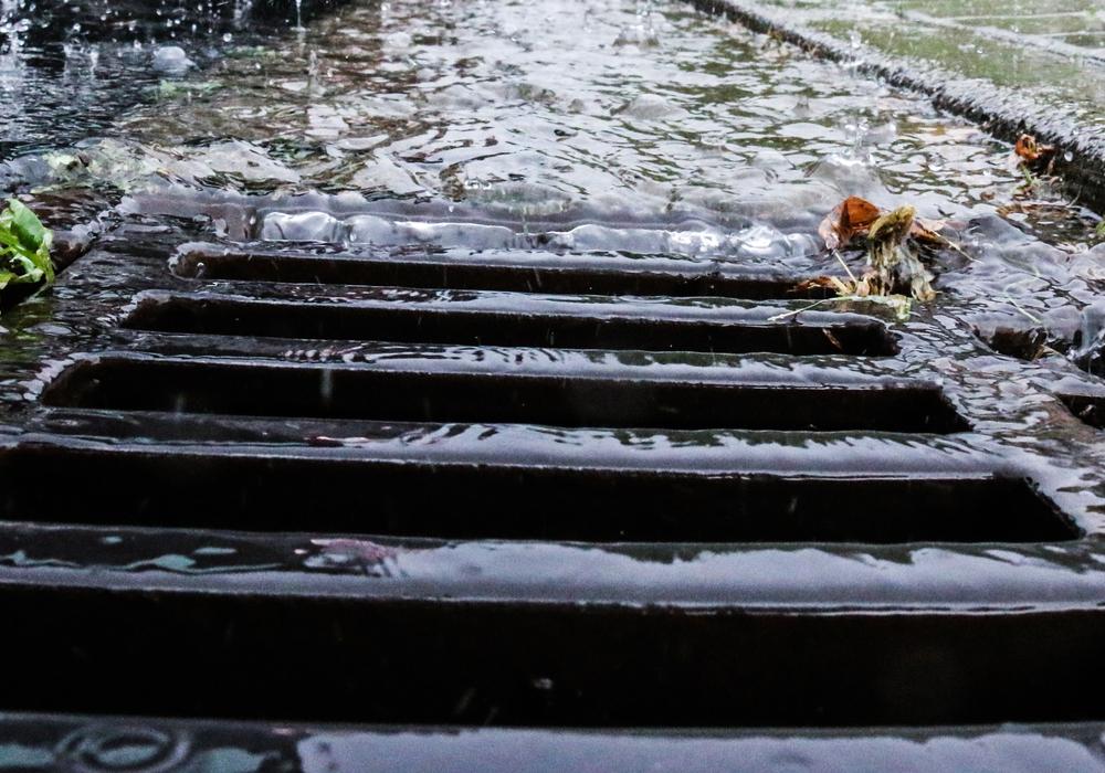 Laut Meinung der CDU-Fraktion kommt es auf dem Möncheweg vermehrt zu Fahrbahnüberschwemmungen. Symbolfoto: Werner Heise