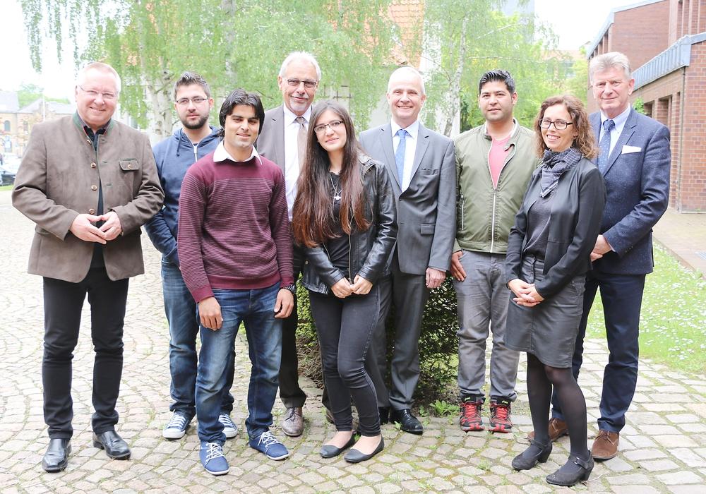 Bilal Chrqiyeh (2. v.l.) und Naveed Najimi (3.v.r.) konnten am vergangenen Montag im Pilotprojekt den Weg in den Arbeitsmarkt finden. Foto: Arbeitsagentur Braunschweig- Goslar