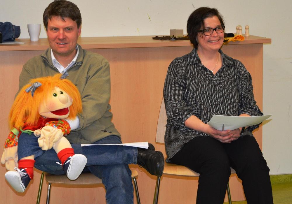 Daniel in der Löwengrube: Pastor Dr Sebastian Thier mit Puppe Lotta und Susanne Grobe hielten die Andacht. Foto: Kirchenkreis