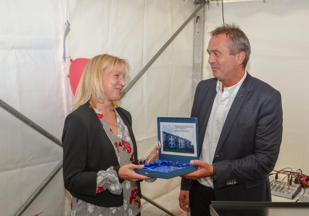 Wohnheim-Leiterin Anja Schildener nahm vom Architekten Ulrich Drößler den symbolischen Schlüssel zum Haus in Empfang. Foto: Lebenshilfe