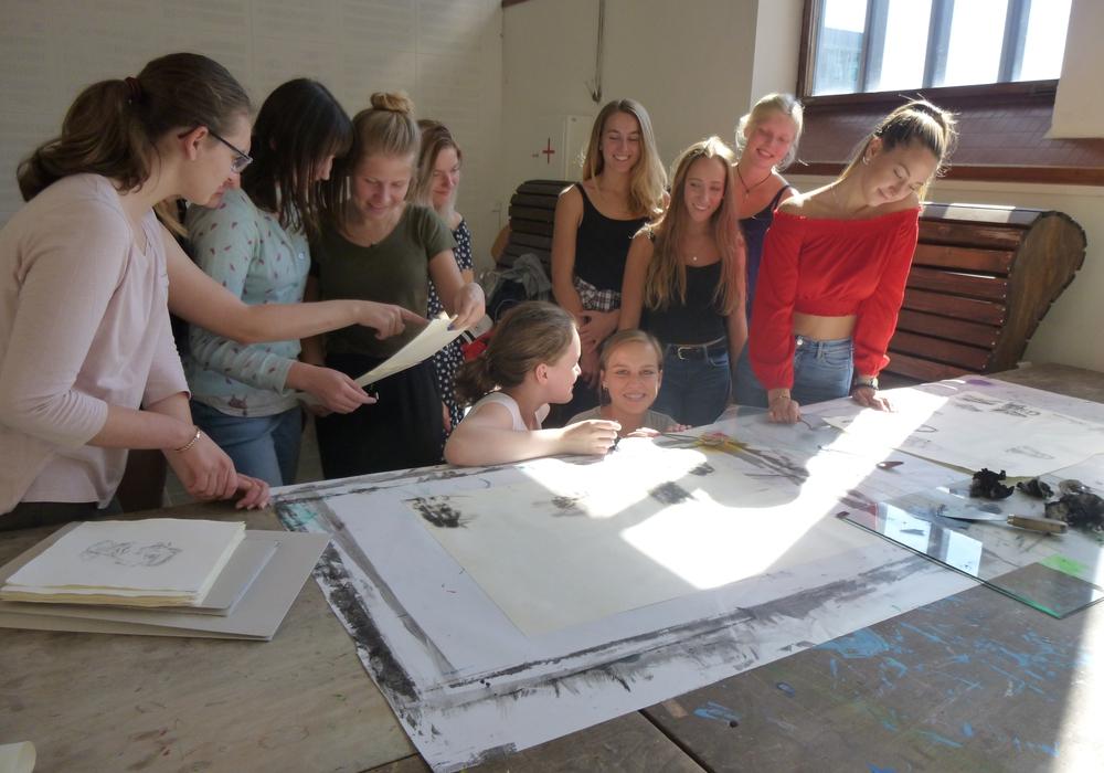 Schülerinnen des Theodor-Heuss-Gymnasiums drucken in den Kreativwerkstätten. Foto: Stadt Wolfsburg
