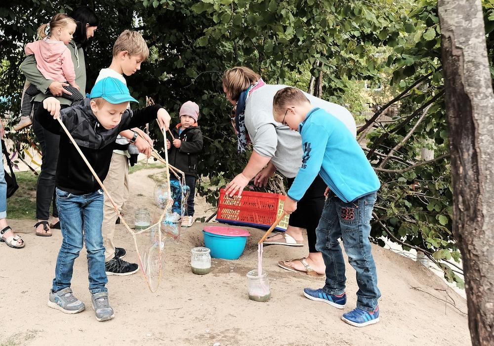 Lustiges Seifenblasenspiel. Fotos: Gemeinde Lehre