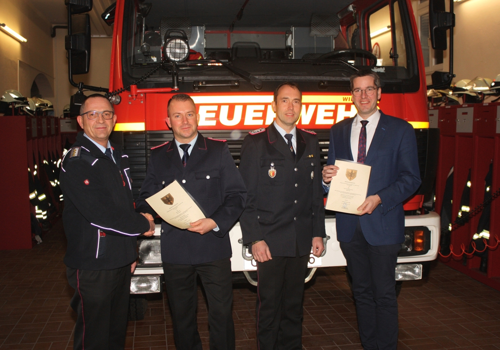Oberbürgermeister Dr. Oliver Junk (rechts) und Christian Hellmeier gratulieren Ortsbrandmeister Kai Wegener und seinem Stellvertreter Ingo Politz (von links).