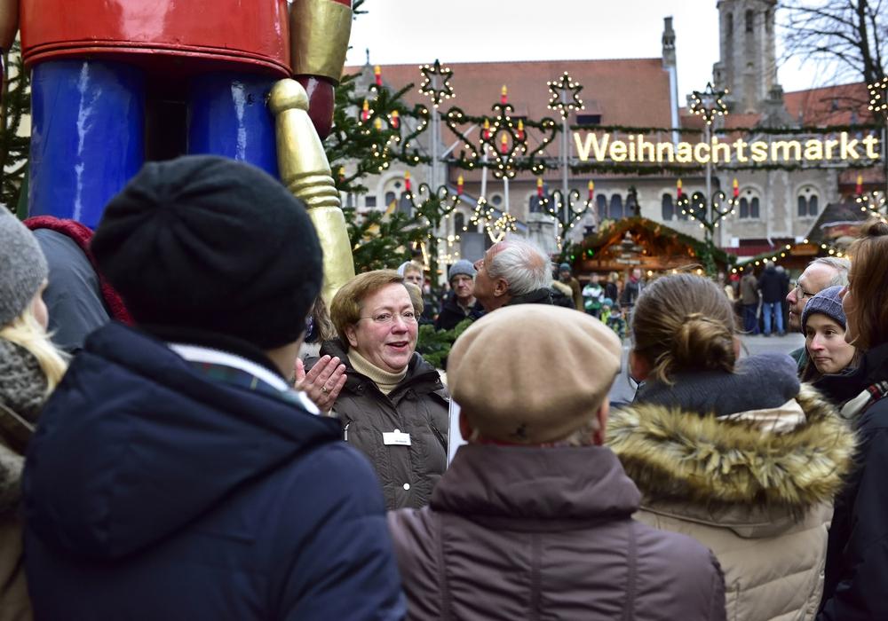 Bei den weihnachtlichen Stadtführungen erfahren Gäste spannende Details zu der Geschichte des Weihnachtsmarktes. Foto: Braunschweig Stadtmarketing GmbH/Daniel Möller