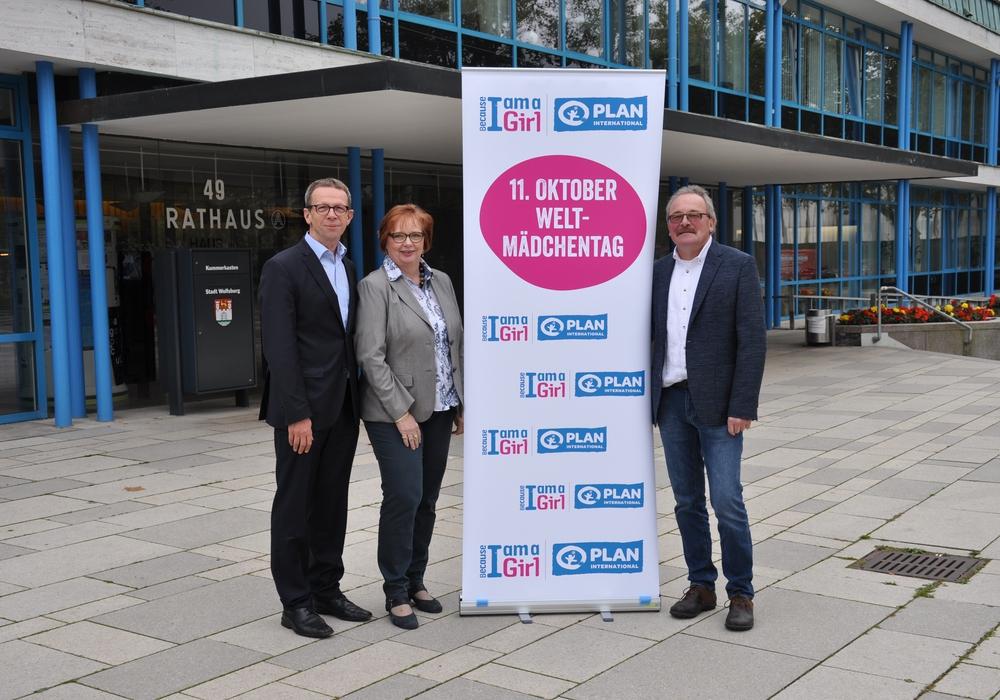 Oberbürgermeister Klaus Mohrs, Beate Ebeling (Gleichstellungsbeauftragte), Gisbert Tigges (Plan International). Fotos: Stadt Wolfsburg