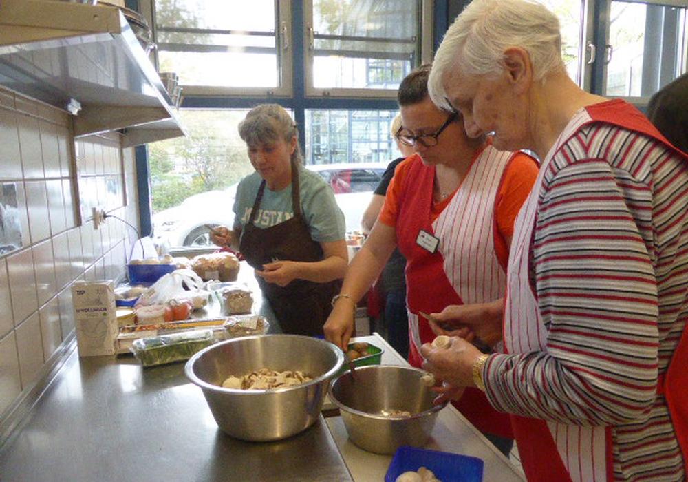 Die Senioren beim Kochen. Foto: Seniorenbetreuung Schloß Schliestedt