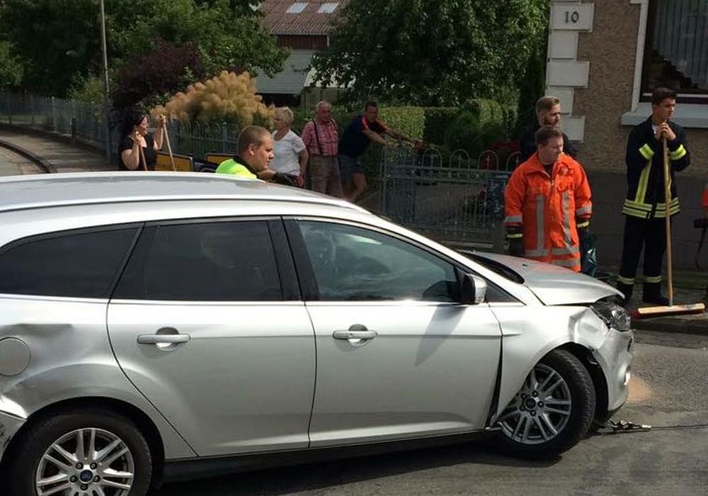 Der Ford des Unfallverursachers. Fotos: Feuerwehren der Samtgemeinde Velpke