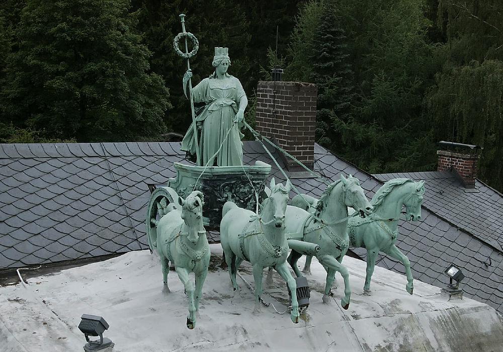 Die Quadriga auf der Seesener Züchner-Villa weist starke Korrosionsschäden auf und muss restauriert werden. Foto: Richard Borek Stiftung
