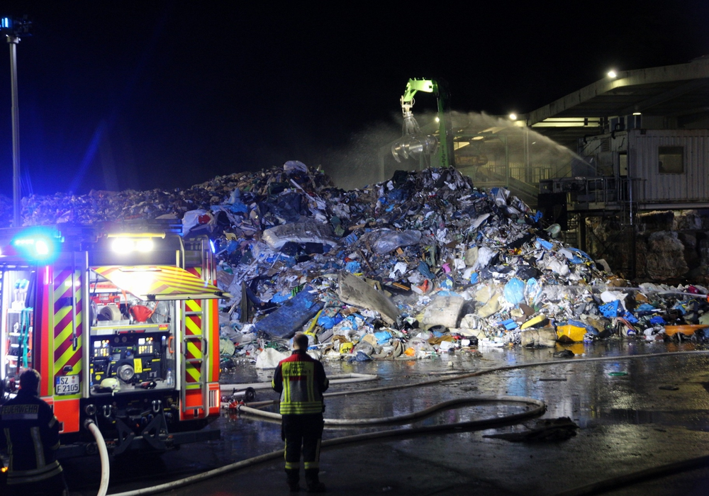 Aufregung am Freitagabend - auf der Mülldeponie brannte es. Fotos: Rudolf Karliczek