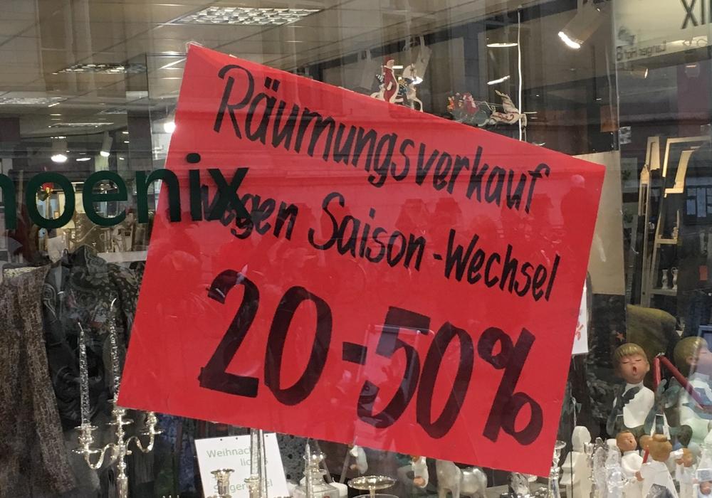 Geschäfte aus allen Branchen versuchen den Saisonwechsel zu nutzen und bieten Preisnachlässe an. Foto: Alexander Dontscheff