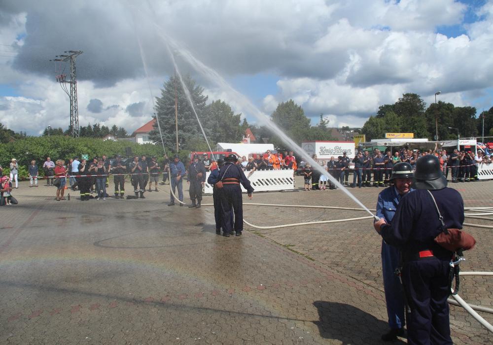 Die Ehrenmitglieder traten im Rahmen des Kreisfeuerwehrwettbewerbes zu den Eimerwettspielen an. Fotos: Andreas Meißner, Kreispressesprecher Nord