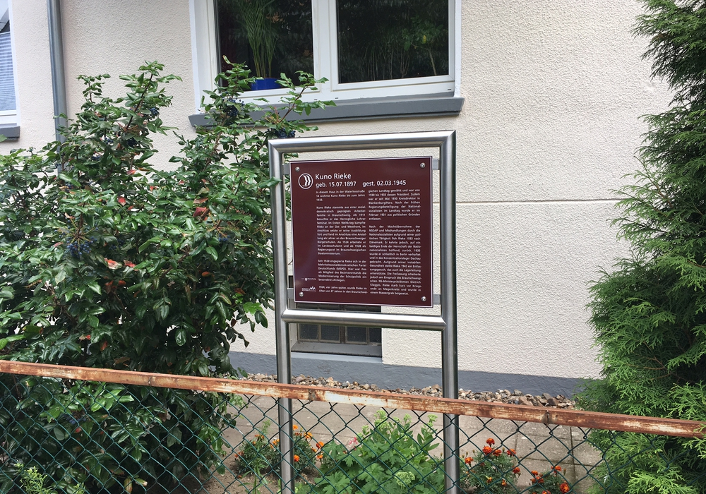 Am Samstag wurde eine Gedenktafel für Kuno Rieke in der Waterloostraße 14 aufgehängt. Foto: Alexanxder Dontscheff