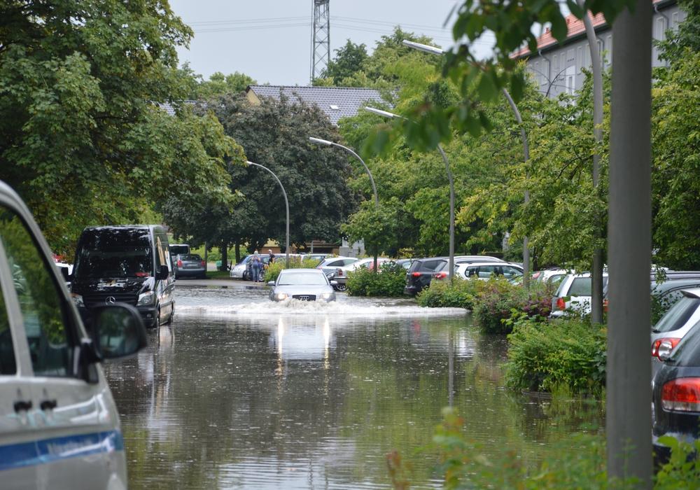 Der Regen sorgte für überflutete Straßen und vollgelaufene Keller. Foto: Stefanie Freitag