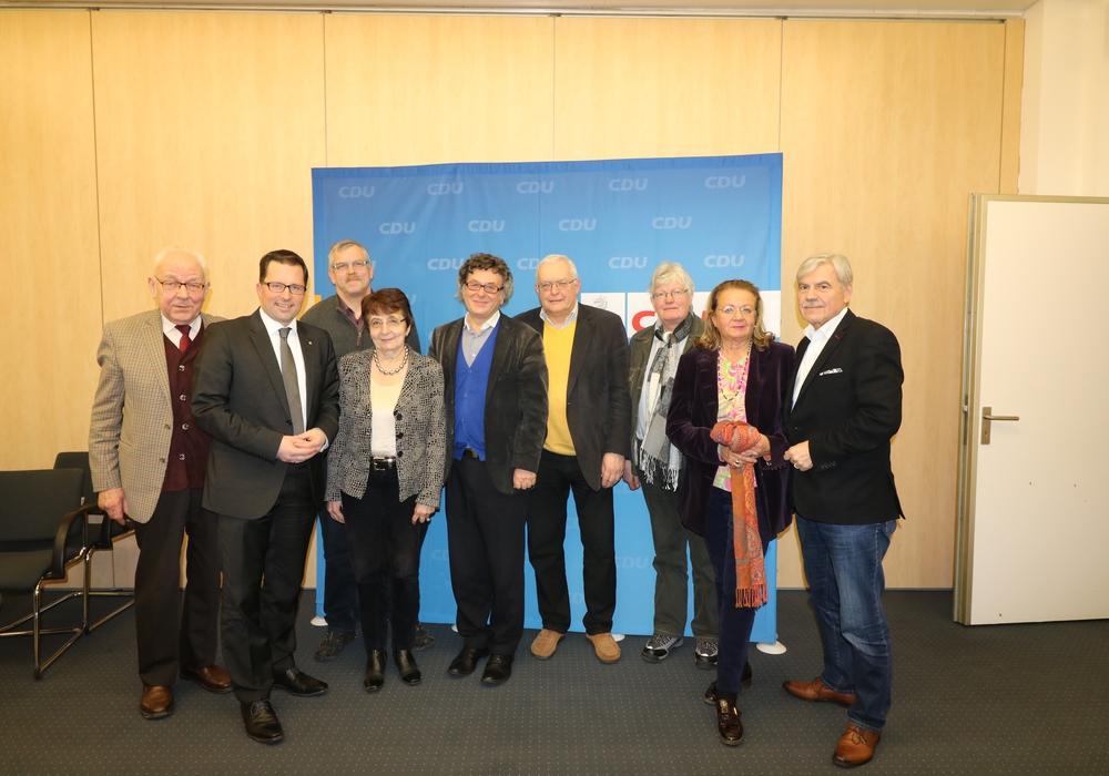 Der AK Bildung der CDU-KPV. Im Bild: Kai Seefried (2.v.li) Helga Olejnik und Horst Audritz (4.u.5.v.li) Heinrich Schaper (rechts) und die Wolfenbütteler Klaus Hantelmann (4.v.r ) und Dieter Lorenz (links). Foto: Lorenz