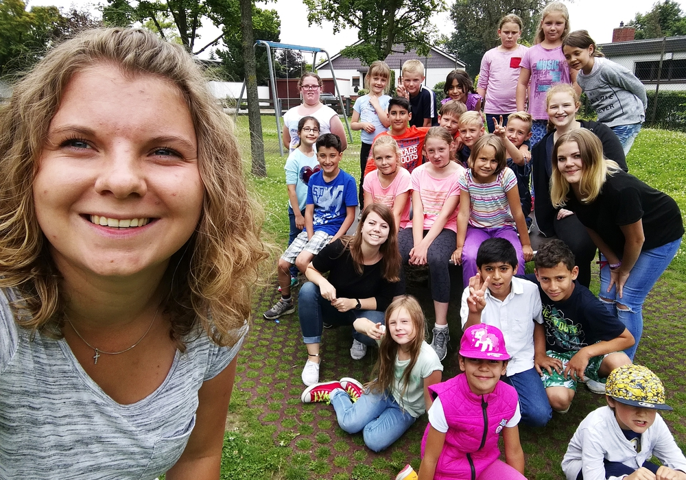 Die Betreuer Fenja Metzner (vorne links), Swenja Bolten (Mitte links) und Jana Umlauft (Mitte rechts) mit Ferienkindern im Alter von 6 bis 10 Jahren. Foto: Ulme