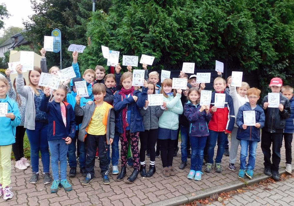 Die Schüler überreichten den Fahrern ihre selbstgemachten Karten. Foto: Gemeinde Lehre