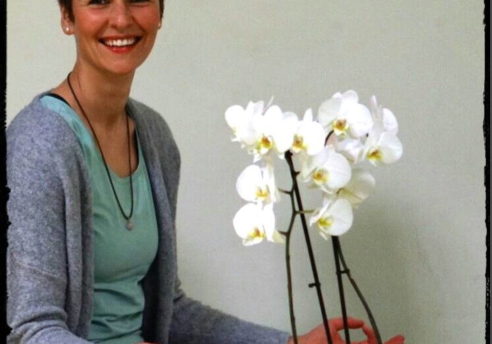 Die  zertifizierte Yogalehrerin Julia Urbatsch leitet den Kursus. Foto: Kirchengemeinde