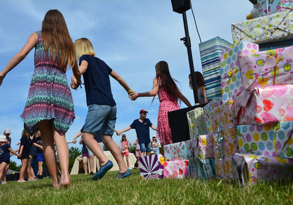Tanzen neben Geschenken: Die Malteser Jugend aus Nord- und Ostdeutschland beim Pfingstjugendlager. Foto: Lukas/Malteser