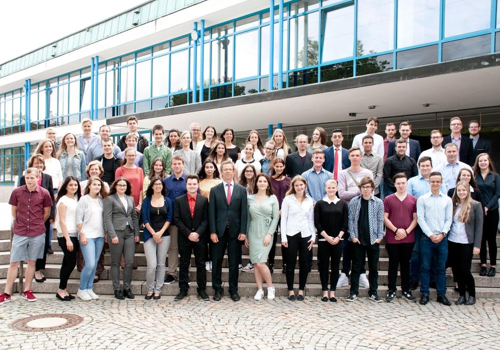 Die neuen Auszubildenden bei der Stadt mit dem Oberbürgermeister Klaus Mohrs. Foto: Stadt Wolfsburg