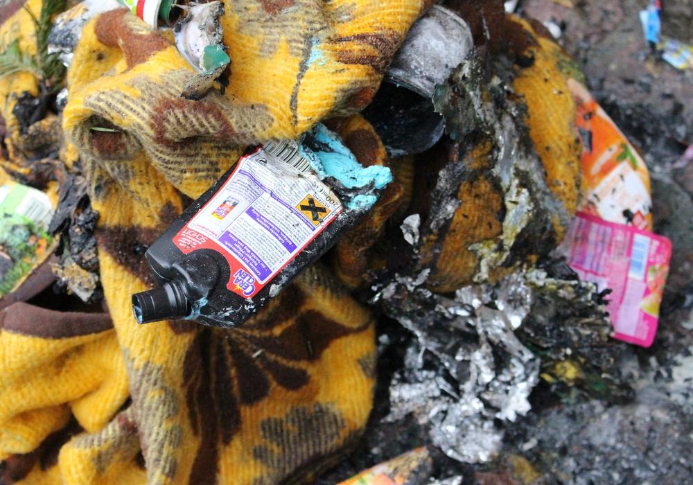 Von dem abgebrannten Müllsack war später nicht mehr viel zu sehen. Foto: Nick Wenkel