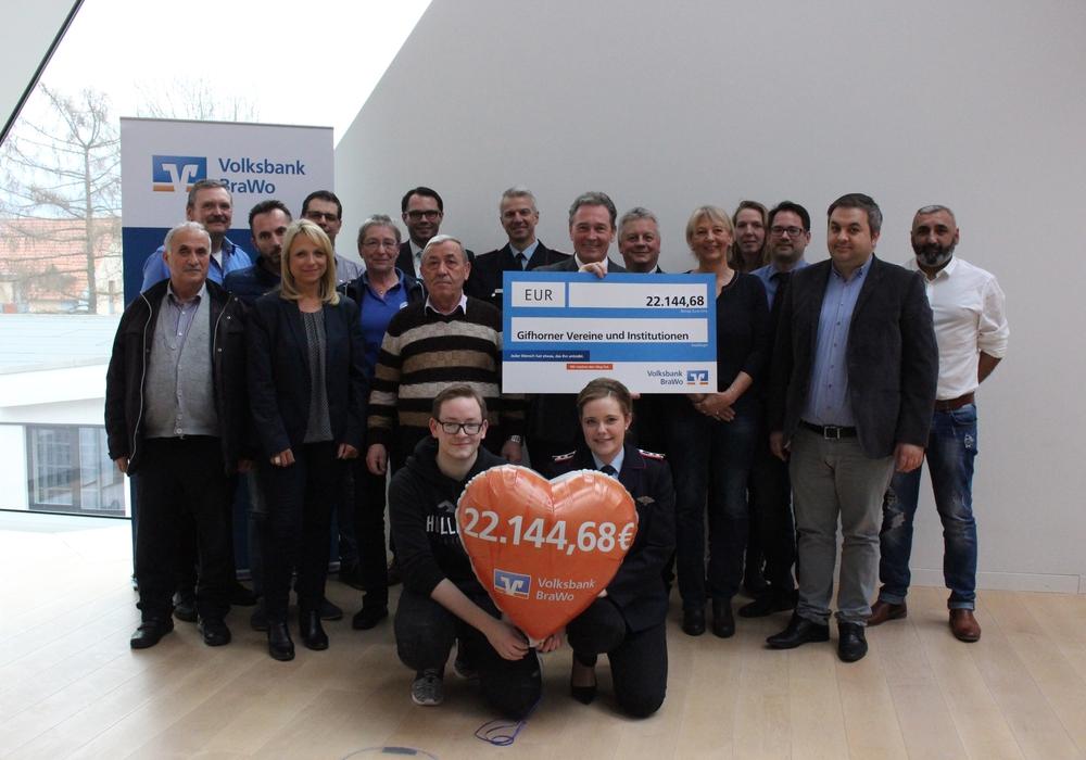Insgesamt 22.144,68 Euro spendet die Volksbank BraWo an Gifhorner Vereine. Fotos: Sandra Zecchino