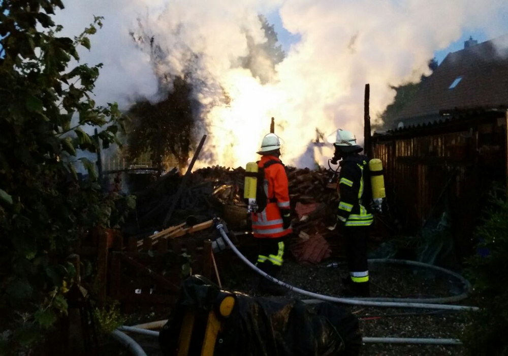 In der Oderwaldstraße in Groß Flöthe brannte es binnen weniger Stunden gleich zwei Mal. Am frühen Samstagmorgen ging ein Holzunterstand in Flammen auf. Foto: Feuerwehr
