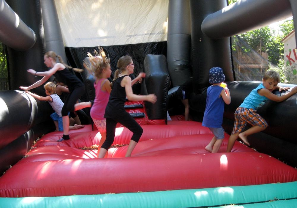 SPD Hornburg feierte ein Fest. Für die Kinder gab es eine Hüpfburg. Foto: Peter Illner