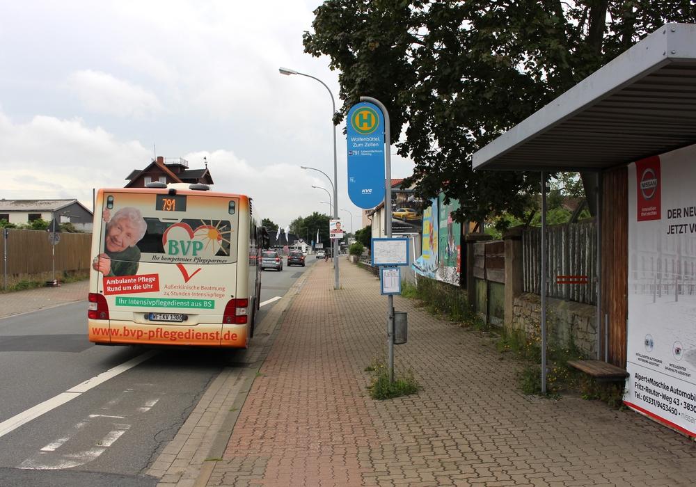 """Die Buslinie 791 fährt von der Bushaltestelle """"Zum Zollen"""" ab. Foto: Jan Weber"""