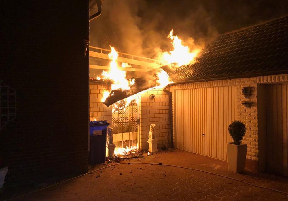 Die Fassade des Gebäudes hatte Feuer gefangen. Zum Glück konnte durch die Feuerwehr Schlimmeres verhindert werden. Fotos: Feuerwehr Helmstedt
