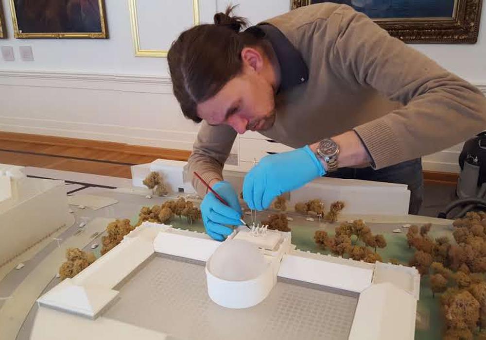 "Restaurator Hanno Alsen bei der Arbeit am ""Schloss"". Foto: Schlossmuseum"