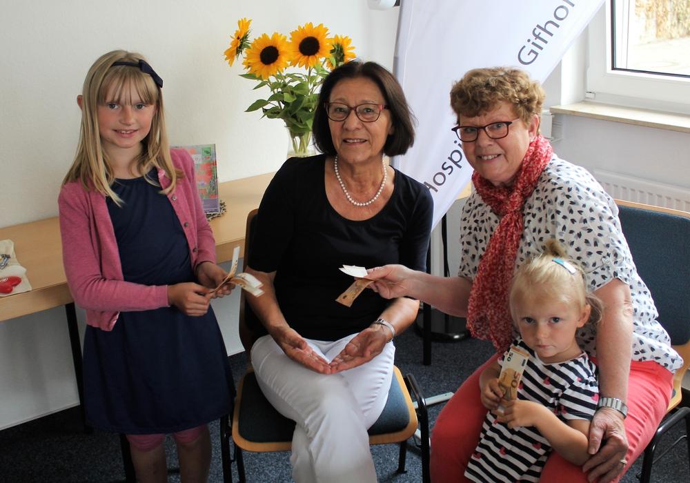 Frau Erika Lüder und ihre Enkeltöchter Lea (links) und Jette (rechts) überbrachten der Hospizarbeit Gifhorn e.V. eine Spende in Höhe von 1.000 Euro. Foto: Hospizarbeit Gifhorn e.V.
