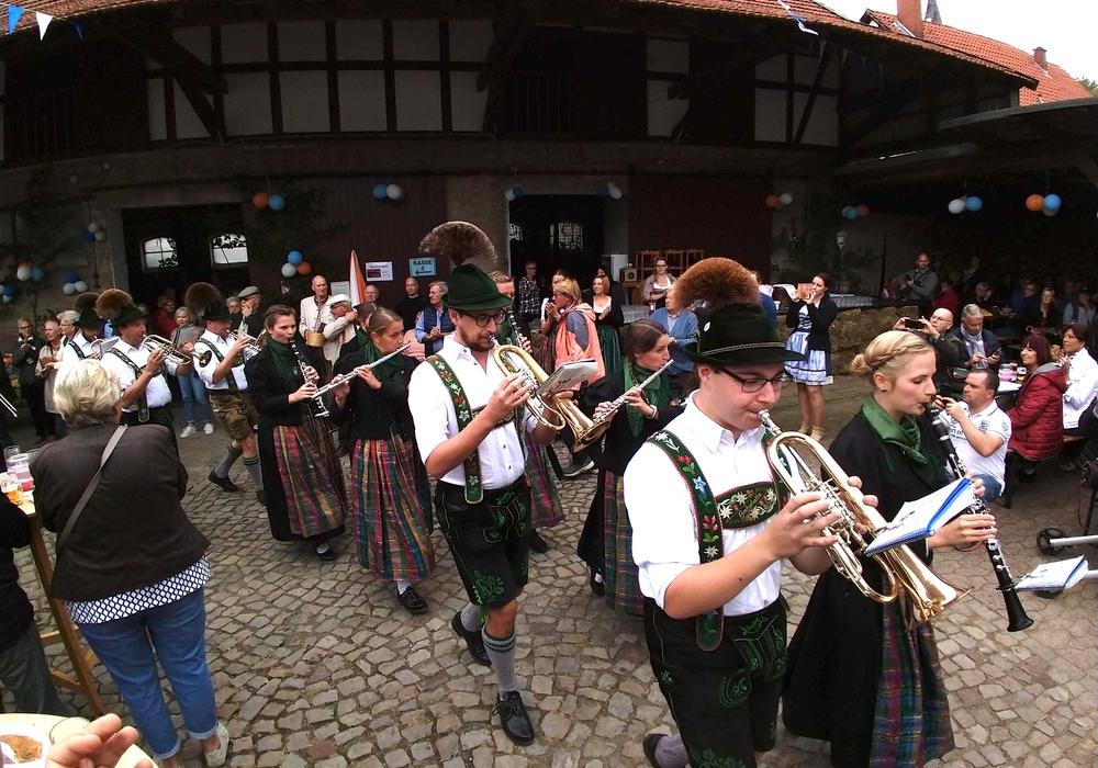 """Der Einzug der Musikkapelle """"Alpengruß Buching"""" beim Hoffest des CDU Kreisverbandes in Werlaburgdorf. Foto: Werner Heise"""
