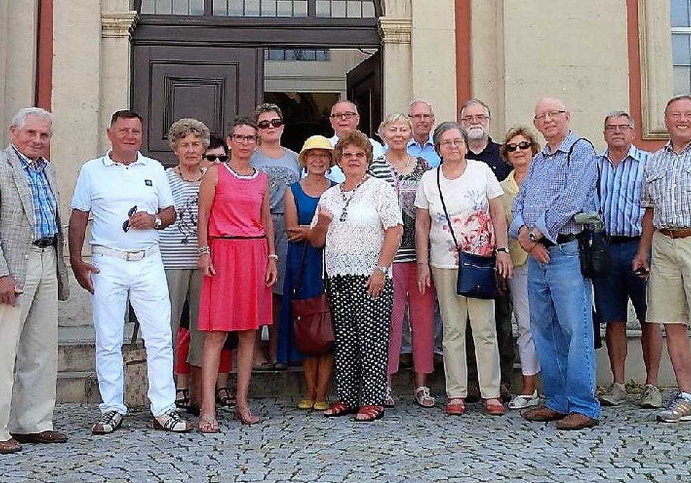 Die zahlreichen Gäste des CDU-Stadtverbandes versammelten sich zu einem Gruppenbild am Eingang der Kirche. Foto: CDU