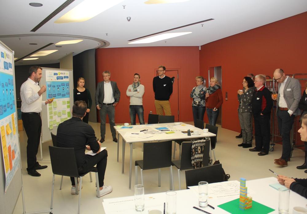 Fachexperten stellen anderen Workshop-Teilnehmern ihre Ideen für ein Geschäftsmodell vor. Foto: Stadt Wolfsburg