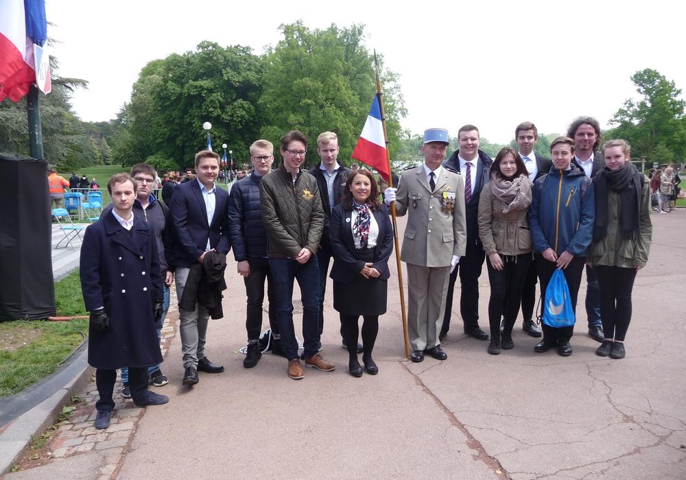 13 Schüler der Gymnasiums am Bötschenberg nahmen in diesem Jahr an der Gedenkfeier zum Ende des zweiten Weltkrieges in Lyon teil. Fotos: Gymnasium am Bötschenberg