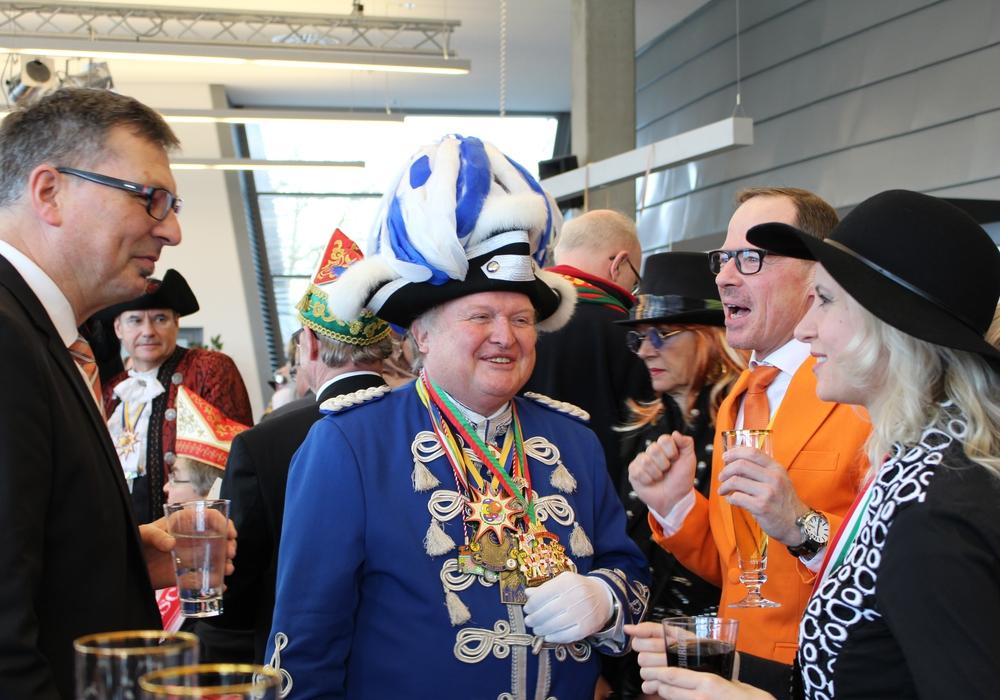 Der Zugmarschall begrüßte die Gäste in der Volkswagen Halle. Foto: Nick Wenkel