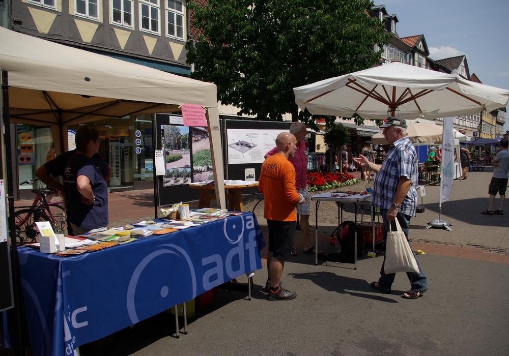 """Auf dem Wolfenbütteler Umweltmarkt wurde zum Thema """"Gefährdung von Fußgängern und Radfahrern an Kreuzungen"""" gesprochen. Foto: ADFC"""