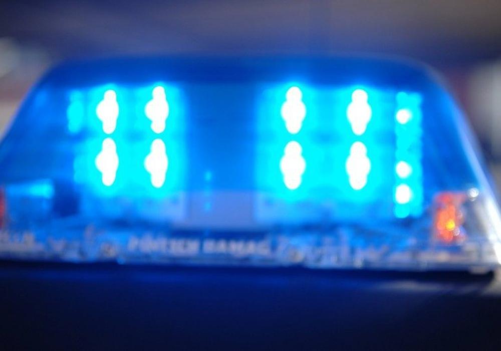 Der Wagen kam aus ungeklärter Ursache von der Fahrbahn ab und prallte frontal gegen einen Baum. Symbolfoto: Polizei