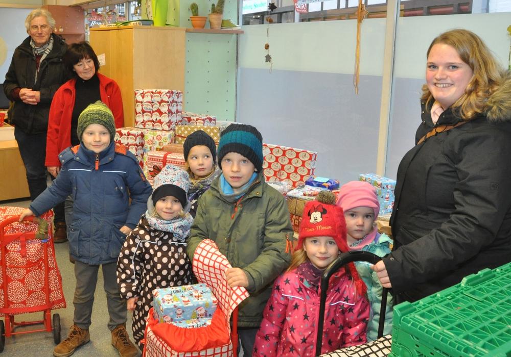 Die Kinder des Kindergartens Kilindum haben mit Larissa Hettich (rechts) die Geschenke für Tafel-Kinder mitgebracht. Horst Rimke (von links) und Juliane Liersch freuen sich über die Spende. Foto: DRK