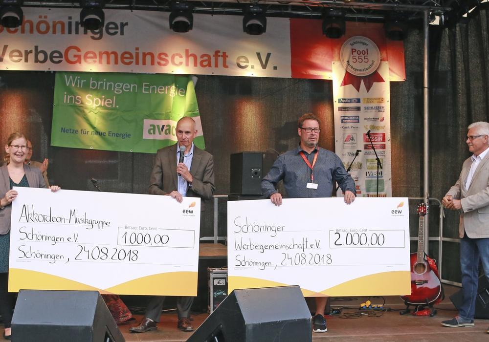 Spendenübergabe bei der Eröffnung des 45. Schöninger Altstadtfestes: Rüdiger Bösing, Kaufmännischer Geschäftsführer Nord-Ost der EEW Energy from Waste GmbH (Zweiter von links) überreichte einen Scheck in Höhe von 1.000 Euro an Angelika Nickel, Vorsitzende der Akkor- deon-Musikgruppe Schöningen e.V., (links). Frank Schulze, Vorsitzender der Schöninger Werbegemeinschaft e. V. (Zweiter von rechts) freute sich über eine Spende in Höhe von 2.000 Euro, ebenso wie Schöningens Bürgermeister Henry Bäsecke (rechts). Foto: WWE