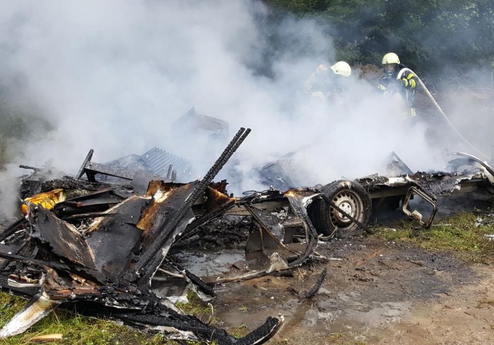 Die Überreste des abgebrannten Wohnwagens. Fotos: Aygün Erarslan Kreispressesprecher Süd