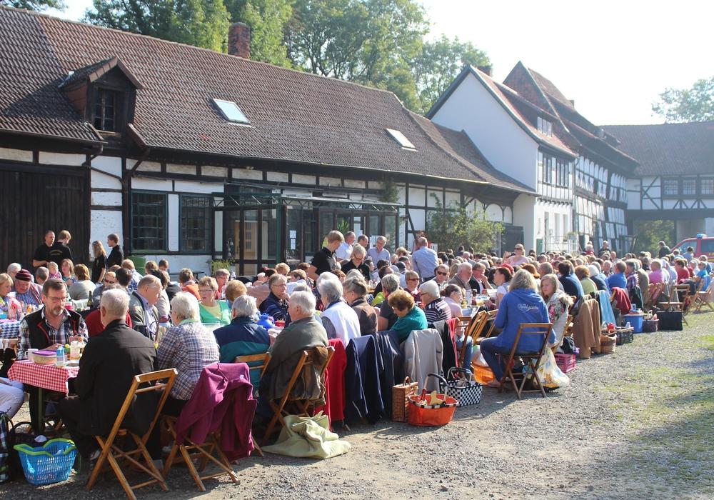 Vienenburg frühstückt auf der Vienenburg. Dabei steht traditionell die Gemeinsamkeit im Vordergrund. Foto: Stadt Goslar