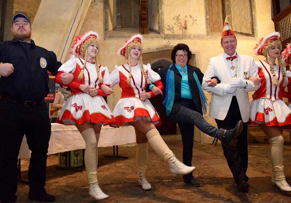 Renate Lucksch feiert mit Andreas Möller (4. und 5. von links) und den Jecken den Auftakt der Karnevalssaison. Foto: Stadt Goslar