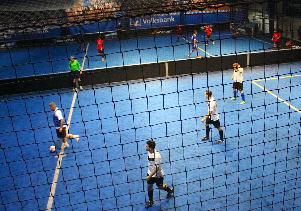 Die SoccaFive® Arena blickt auf einen spannenden Firmencup zurück. Die Teams lieferten sich packende Duelle. Fotos: Nick Wenkel