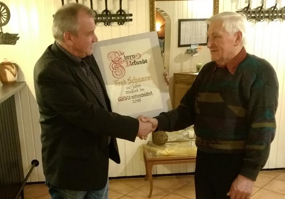 Steffen Reimann gratuliert Fred Schaare zur 60-jährigen Mitgliedschaft.  Foto: privat