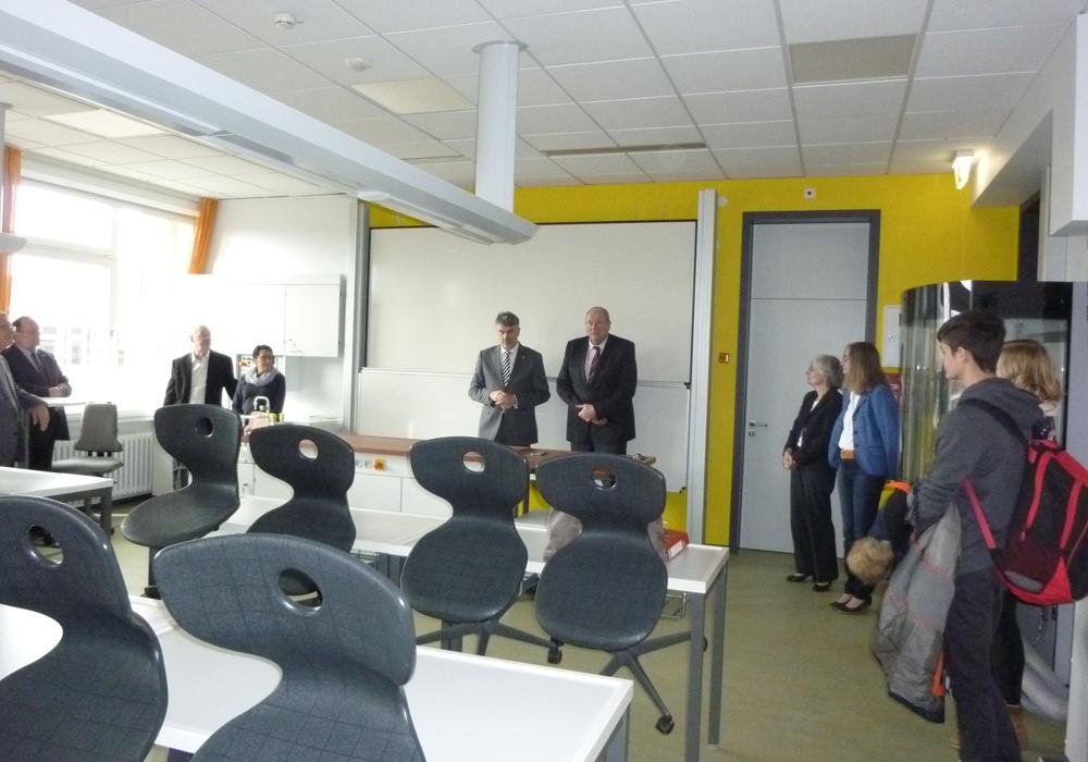 Erster Kreisrat Henning Heiß (Bildmitte links) bei der Übergabe des Fachunterrichtsraumes im Beisein des Bürgermeisters der Gemeinde Ilsede Otto-Heinz Fründt (Bildmitte rechts) Foto: Landkreis Peine