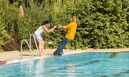 Pool im mit klamotten Schwimmbad und